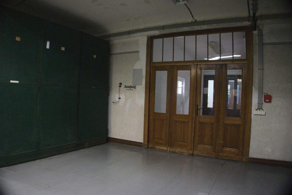 Hier der Durchgang - in der Serie der Eingang zum Archiv, wo der Schreibtisch des Archivars ist.